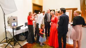 Wenn eine Photobooth auf einer Hochzeitsfeier steht, ist schnell Party drumherum.