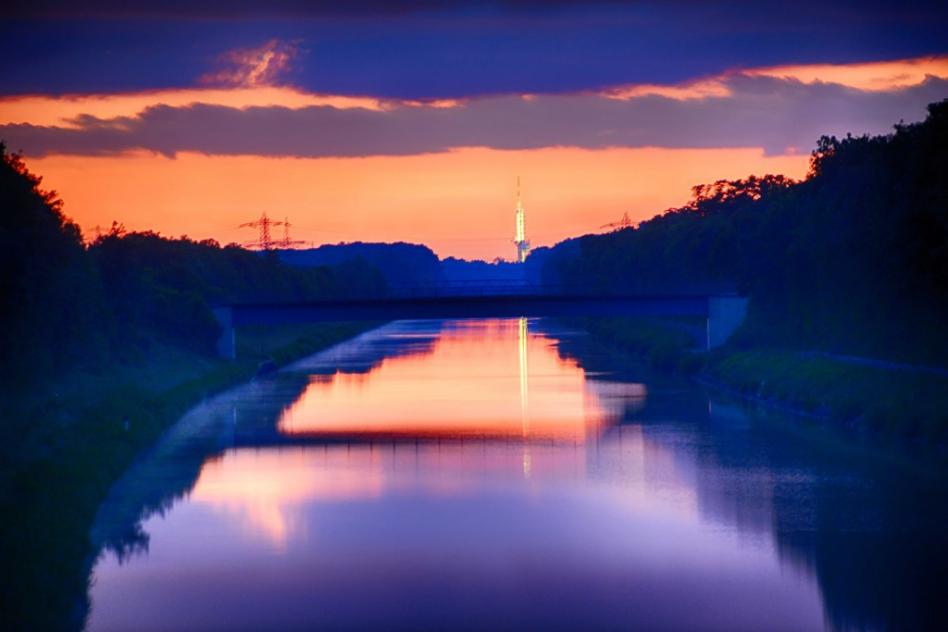 Sundowner mit Funkturm Hannover über dem Mittellandkanal. Angehalten und aufgenommen während der nächtlichen Rückfahrt von einer Buchung als Hochzeitsfotograf in der Region Hannover